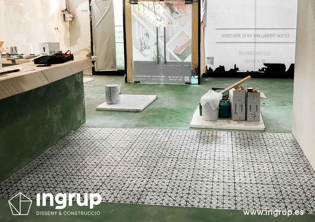 0010 ingrup estudi obra y construccion diseno reforma granollers barcelona aplicacion de microcemento acabado pulido con combinacion de gres hidraulico