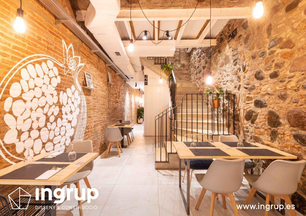 0017 la magrana restaurante ingrup estudi diseno construccion granollers barcelona obra reforma interiorismo nuevo comedor interior escalera rotulación vinilo ladrillo piedra mobiliario a medida iluminacion