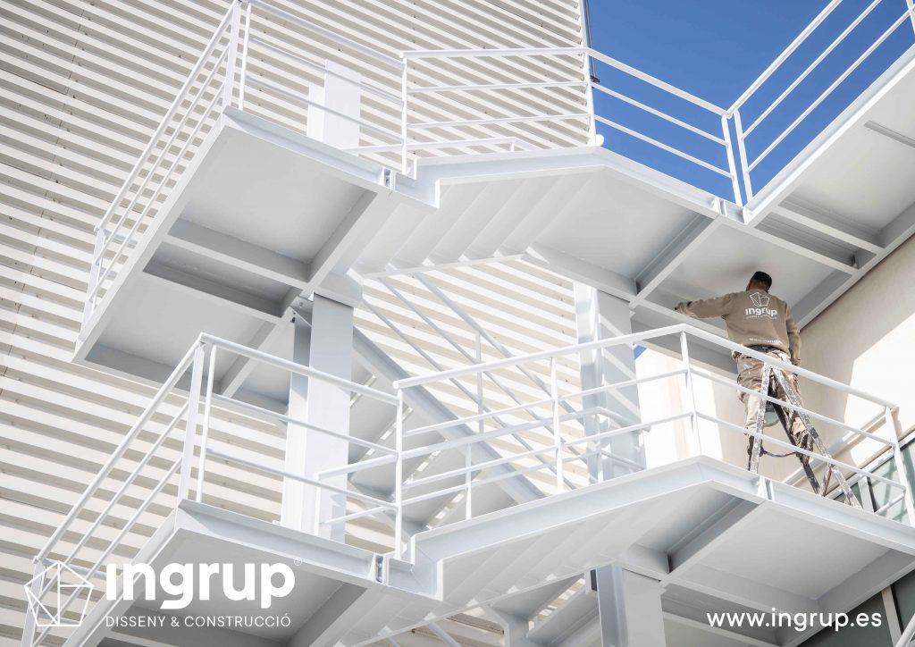002 kh7 mantenimiento empresas escalera ingrup estudi diseno construccion granollers barcelona obra reforma interiorismo pintura integral escaleras exterior restauracion operario bicomponente acabados