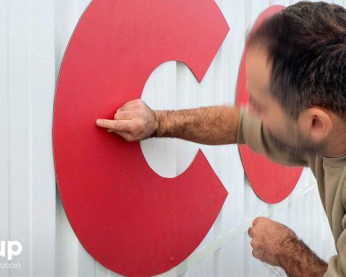 01 instalacion de letras corporeas de gran formato logotipo aplicacion de marca operario ingrup estudi granollers retail barcelona
