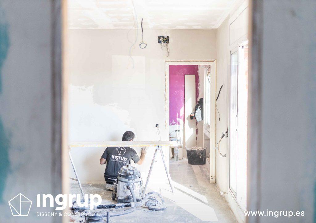 01 obra reforma piso vivienda ingrup estudi diseno construccion operario alisado paredes pladur