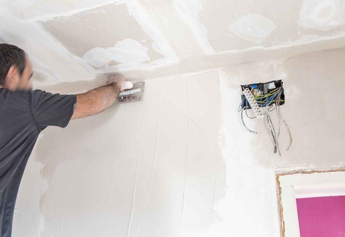 01 operario alisando pared de pladur ingrup diseno construccion
