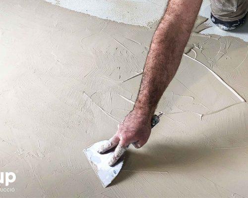 01 proceso ingrup estudi obra y construccion diseno reforma granollers barcelona aplicacion de la primera capa microcemento incoloro
