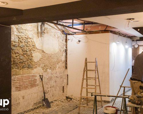 02 ingrup estudi obra y construccion diseno reforma granollers barcelona gastrobar derribo de paredes para dejar pared de piedra antigua a la vista