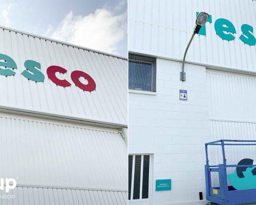 02 instalacion de letras corporeas de gran formato logotipo aplicacion de marca operario ingrup estudi granollers retail barcelona elevador