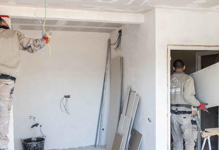 02 operarios ingrup diseno construccion trabajando en reforma de vivienda pladur pintura alisado reforma