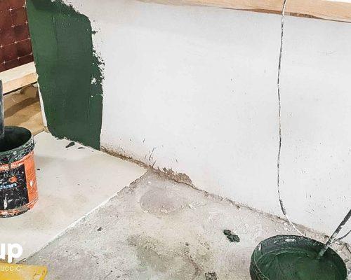 02 proceso ingrup estudi obra y construccion diseno reforma granollers barcelona aplicacion de microcemento color verde en barra vertical