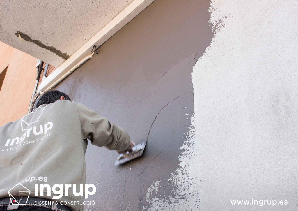 estucado-fachada-marmolino-operario-aplicacion-pintura-ingrup-estudio-diseno-construccion-retail-granollers-barcelona