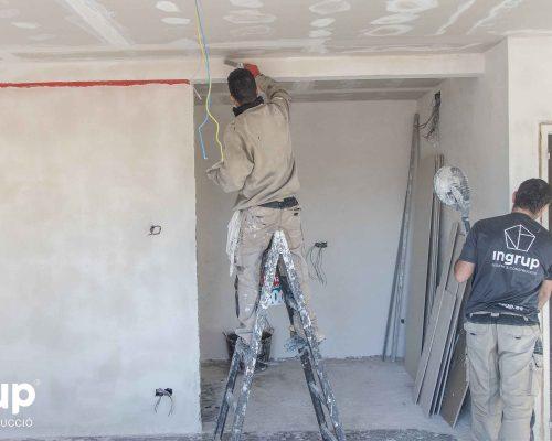 03 obra reforma piso vivienda ingrup estudi diseno construccion operario alisado paredes pladur lijado
