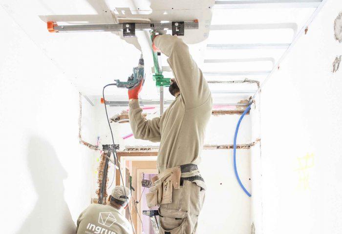 03 operario instalacion techo continuo pladur ingrup estudi obra reforma diseno construccion granollers barcelona