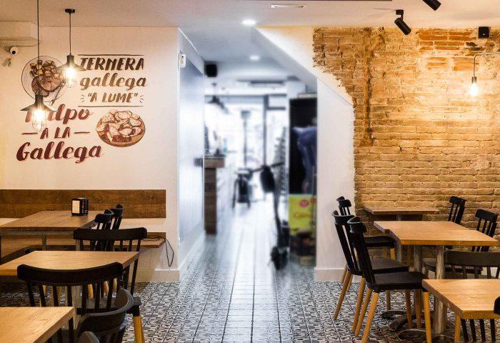 03 slider ingrup estudi obra y construccion diseno reforma granollers barcelona gastrobar encontros entrada comedor con mobiliario y vinilos