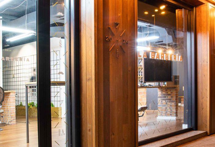 03 slider principal la barberia de juanjo obra reforma construccion ingrup estudi interiorismo 3d fachada noche