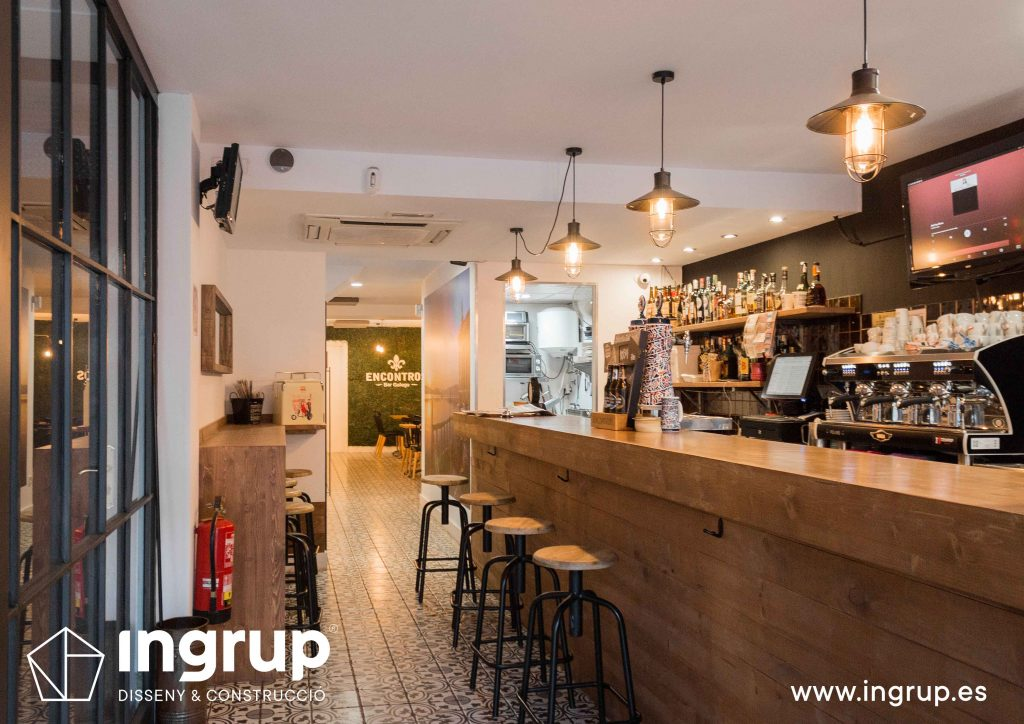 04 ingrup estudi obra y construccion diseno reforma granollers barcelona gastrobar encontros barra nueva con aplacado de madera
