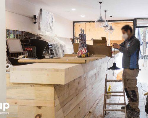 04 ingrup estudi obra y construccion diseno reforma granollers barcelona gastrobar encontros instalacion de barra revestimiento de madera