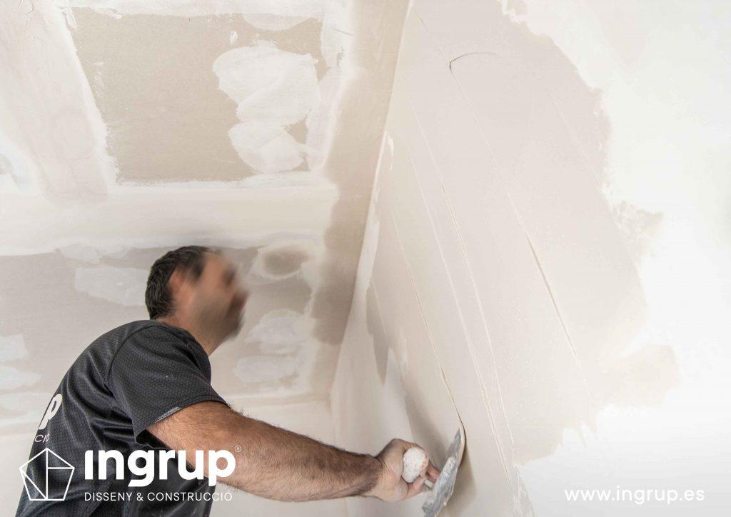 04 obra reforma piso vivienda ingrup estudi diseno construccion operario alisado paredes pladur aplicacion pasta