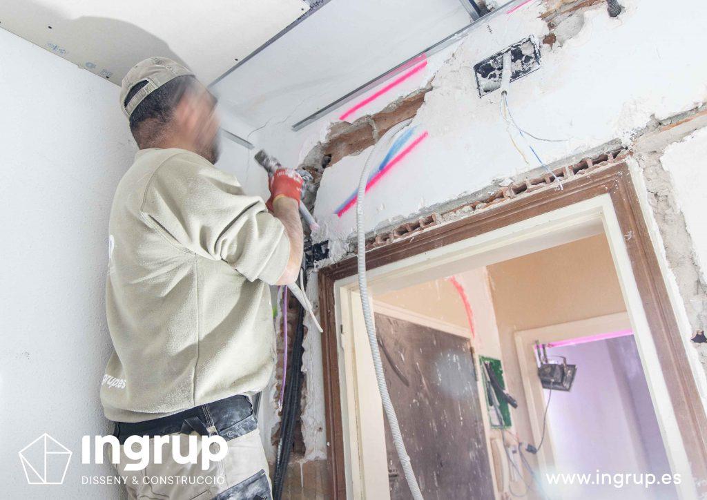 05 obra reforma piso vivienda ingrup estudi diseno construccion operario repicado paredes instalacion electrica nueva lampisteria
