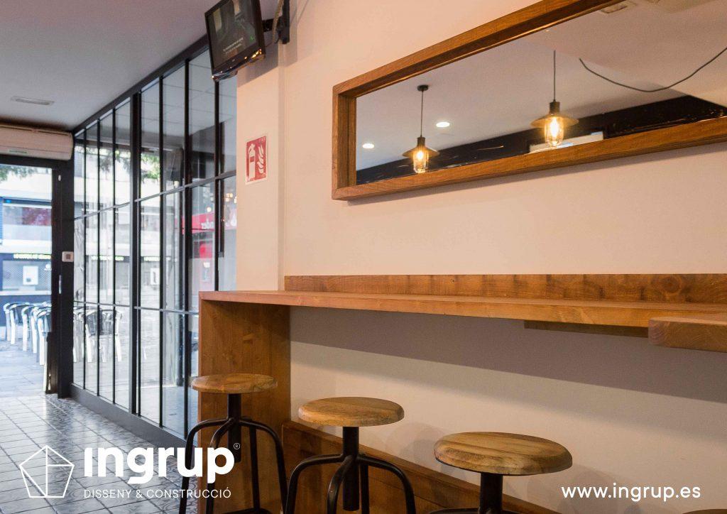 06 ingrup estudi obra y construccion diseno reforma granollers barcelona gastrobar encontros barra secundaria de madera espejo