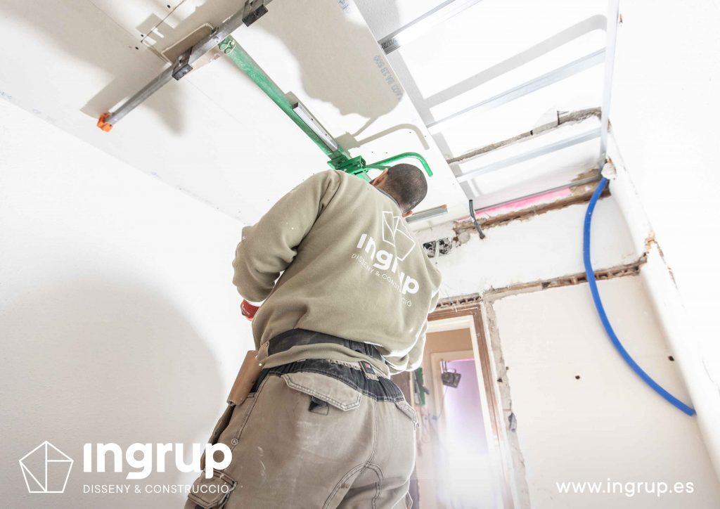 07 obra reforma piso vivienda ingrup estudi diseno construccion operario instalacion techo continuo pladur