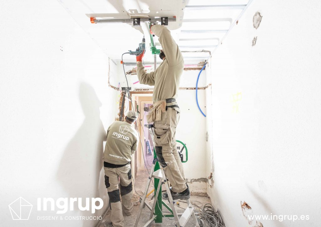 08 obra reforma piso vivienda ingrup estudi diseno construccion operario colocacion placa pladur techo