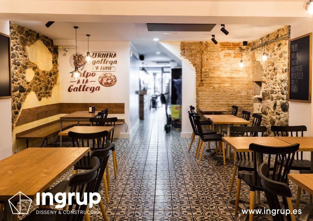 10 ingrup estudi obra y construccion diseno reforma granollers barcelona gastrobar encontros entrada comedor con mobiliario y vinilos