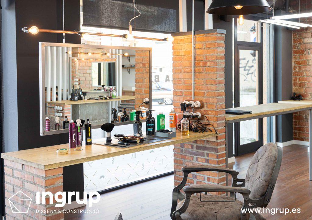 11 proyecto integral llaves en mano ingrup estudi diseno construccion obra reforma barberia espacio de trabajo sobremesa madera