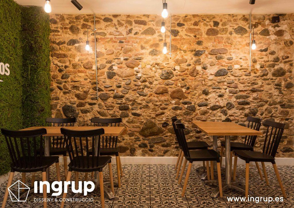 12 ingrup estudi obra y construccion diseno reforma granollers barcelona gastrobar encontros comedor detalle mesas pared piedra iluminacion