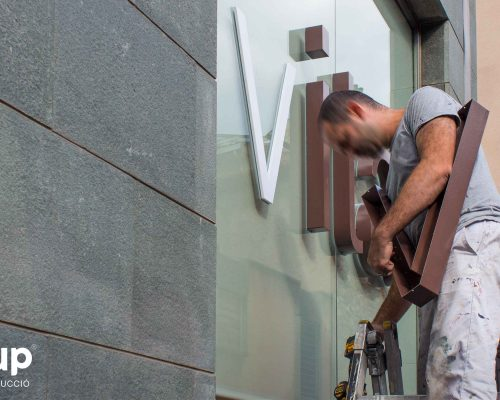 01 operario instalacion pvc rotulacion cristalera local comercial letras corporeas gran formato aluminio pintado instalacion ingrup estudi diseno construccion retail granollers barcelona elan vital