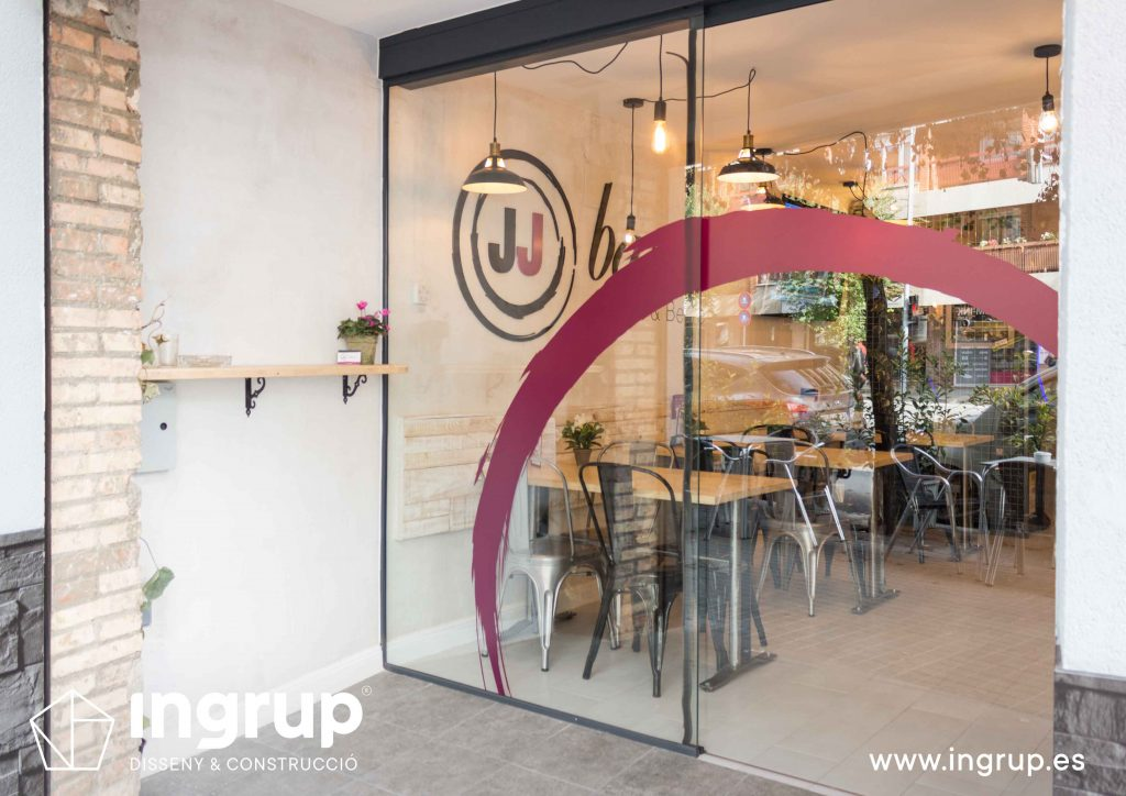 02 entrada puerta automatica vinilo obra reforma integral interiorismo bar jj ingrup estudi diseno construccion retail rotulacion granollers barcelona