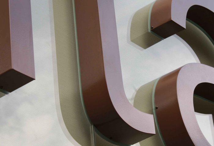 02 slider rotulacion cristalera local comercial letras corporeas gran formato aluminio pintado instalacion ingrup estudi diseno construccion retail granollers barcelona