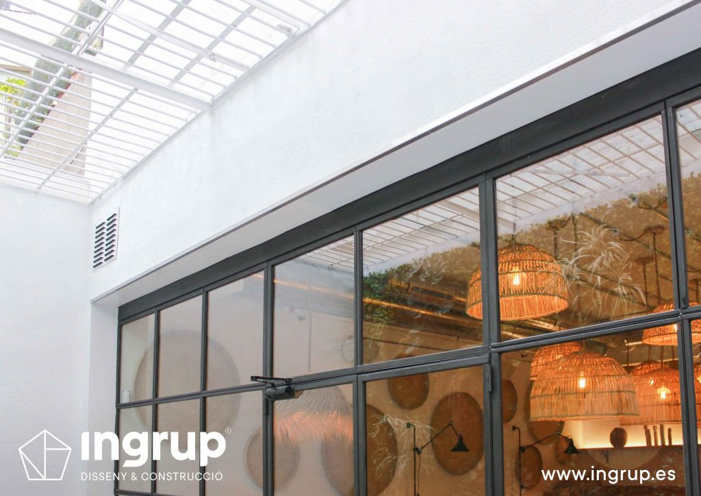 06 detalle cristalera claraboya interiorismo comercial obra reforma comedor interior terraza jardin vertical restaurante maro azul ingrup estudi diseno construccion retail granollers barcelona