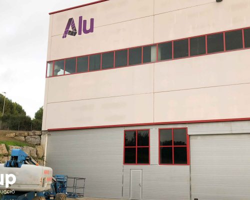 07 rotulación nave industrial aluminera fachada letras corporeas gran formato aluminio vinilo impreso ingrup estudi diseno construccion retail granollers barcelona