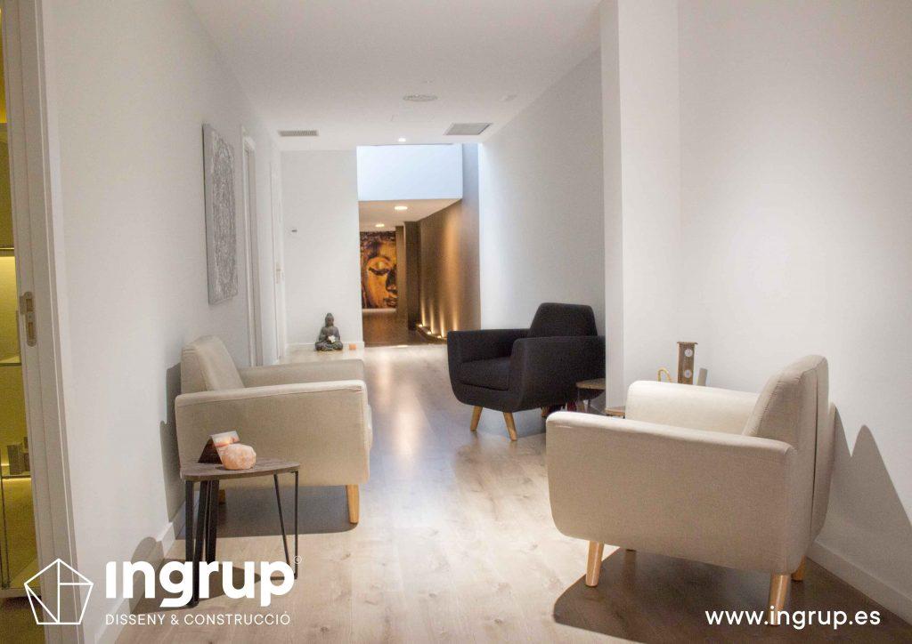 07 sala espera mobiliario parquet pintura decorativa iluminacion interiorismo ingrup estudi diseno construccion retail granollers barcelona