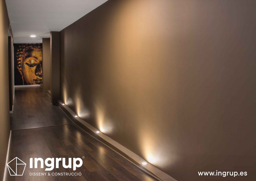 12 pasillo pintura decorativa iluminacion dedicada parquet vinilo decorativo ingrup estudi diseno construccion retail granollers barcelona
