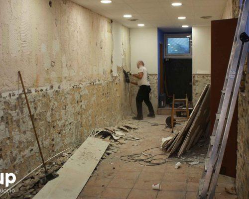 002 operarios reforma integral local comercial derribo saneamiento paredes escombros limpieza ingrup estudio diseno construccion retail granollers barcelona