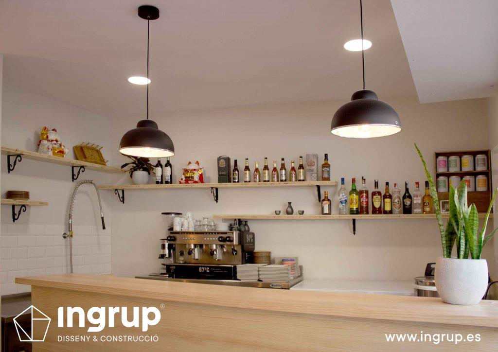 003 recepcion restaurante mostrador madera fabricacion mobiliario iluminacion contrabarrainteriorismo ingrup estudi diseno construccion granollers barcelona