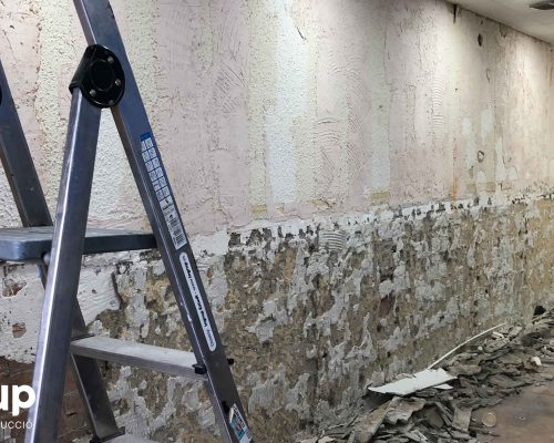 005 pared saneada preparacion mortero 001 reforma integral local comercial derribo saneamiento paredes escombros limpieza ingrup estudio diseno construccion retail granollers barcelona