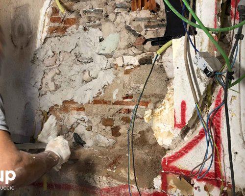 007 operario ingrup reparacion mortero reforma integral local comercial derribo saneamiento paredes escombros limpieza ingrup estudio diseno construccion retail granollers barcelona
