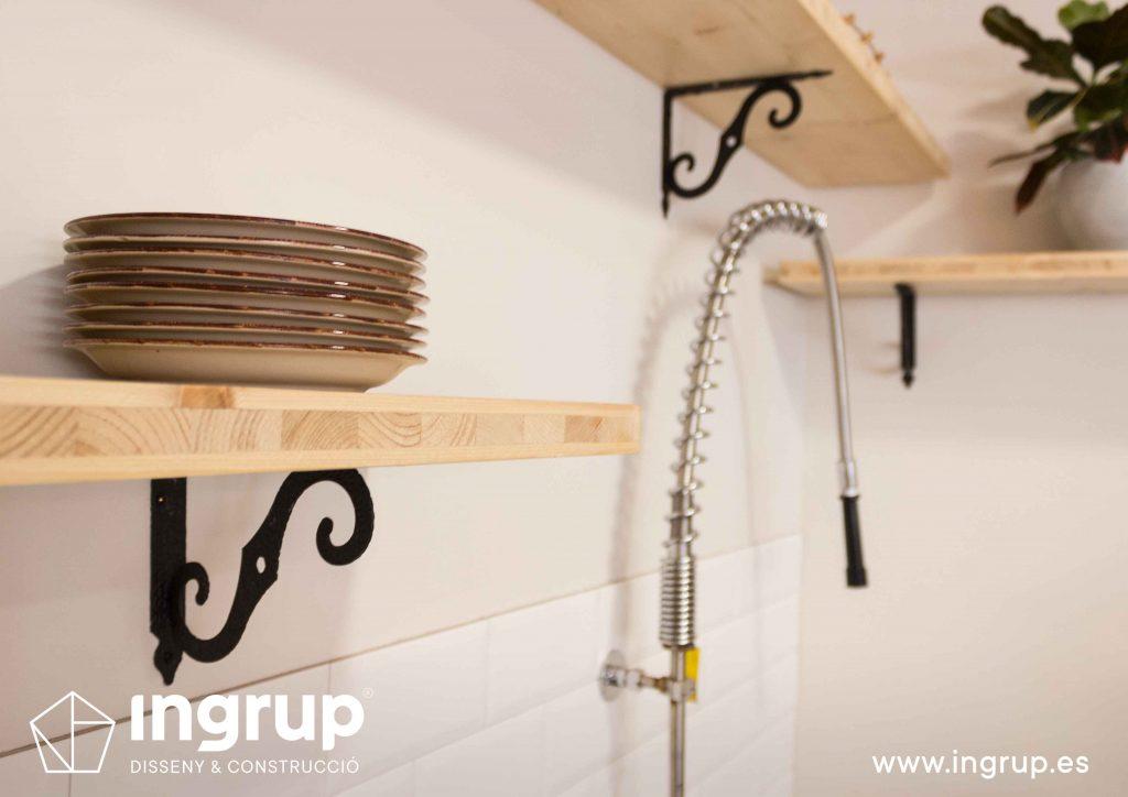 022 detalle estanteria madera alicatado zona lavadero ingrup estudio retail diseno construccion granollers barcelona