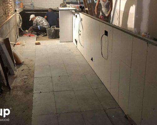 03 colocacion pavimento ceramico porcelanico antideslizante barra reforma integral local comercial vermuteca interiorismo 3d ingrup estudi diseno construccion retail granollers barcelona