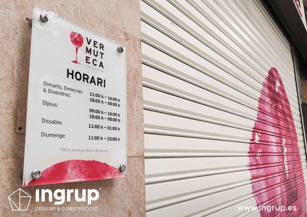 03 detalle placa metacrilato horario vinilo decorativo ingrup estudio diseno construccion retail granollers barcelona