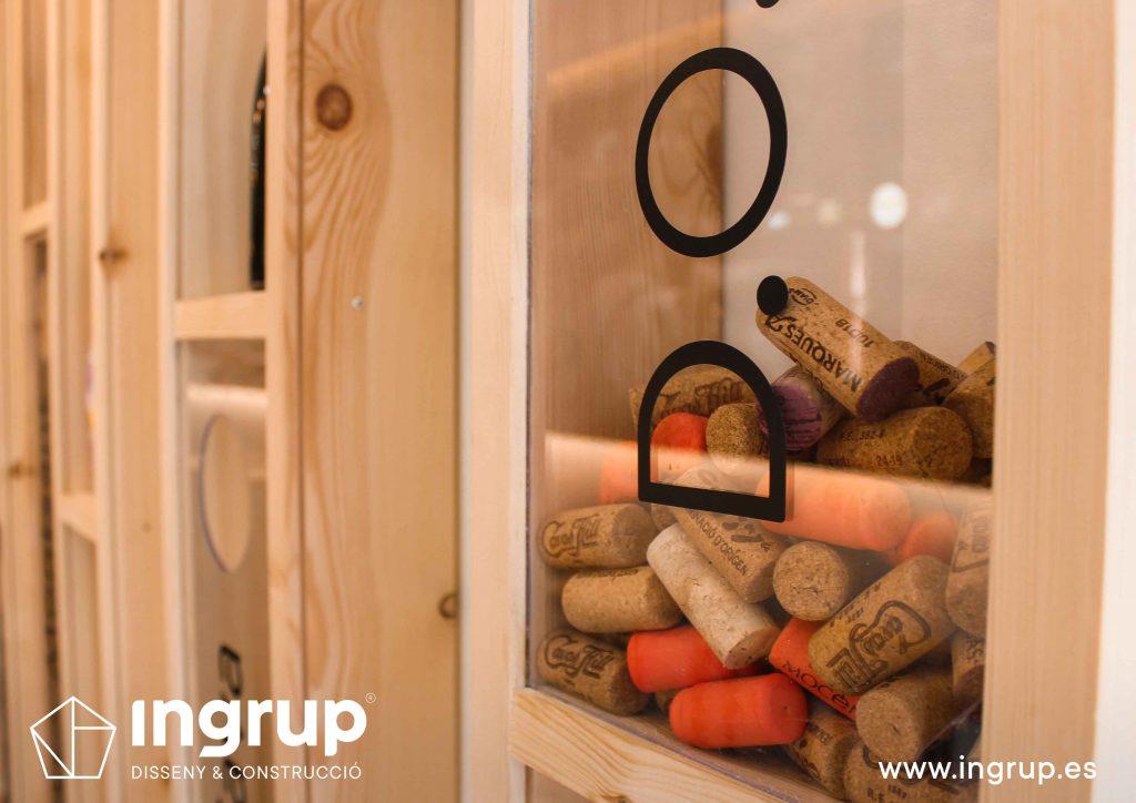 05 detalle botellero vertical madera metacrilato amacenaje decoracion ingrup estudio diseno construccion retail granollers barcelona
