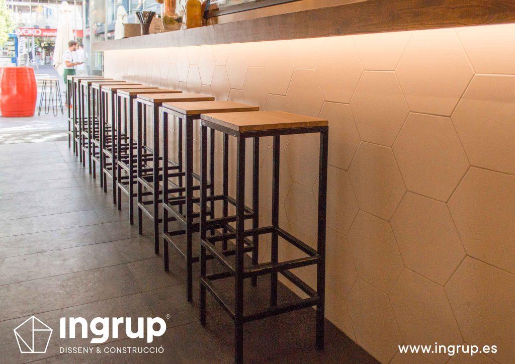 09 ddetalle taburetes barra iluminacion perimetral barra lled ingrup estudio diseno construccion retail granollers barcelona