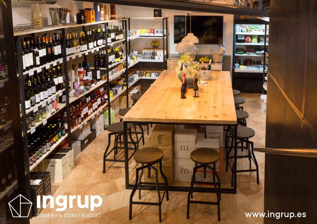 17 tienda interior local degustacion mobiliario a medida mesa central madera maciza estanterias ingrup estudio diseno construccion retail granollers barcelona