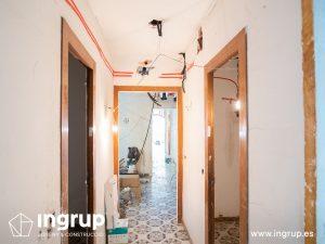 07 antes pasillo proceso obra reforma integral piso barcelona interiorismo ingrup estudio diseno construccion retail granollers barcelona
