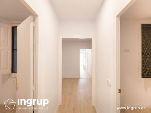 08 despues pintura pasillo molduras proceso obra reforma integral piso barcelona interiorismo ingrup estudio diseno construccion retail granollers barcelona